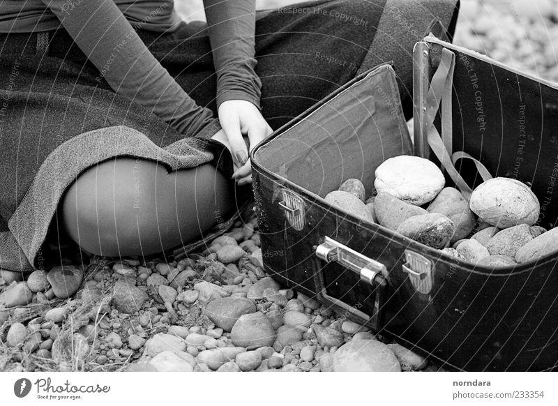 Abenteuer Junge Frau Jugendliche Hand Beine 1 Mensch Kunst Natur Strand Sibirien Yenisey Bekleidung Rock Strumpfhose Koffer Stein Leder träumen einfach elegant