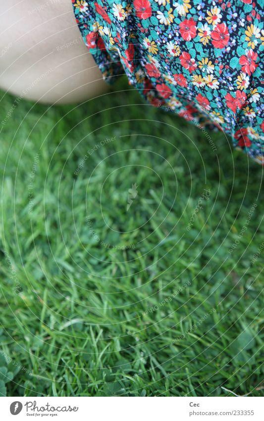 Olgi's Blumen feminin Beine Wade Natur Frühling Sommer Gras Wiese Hose grün Kitsch mehrfarbig Blumenmuster Halm sitzen Detailaufnahme Anschnitt Haut