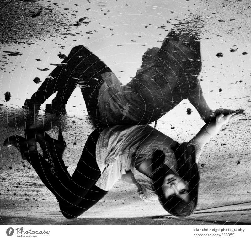 Frau Mensch Jugendliche Erwachsene feminin Stimmung Beine Regen sitzen nass ästhetisch Sehnsucht 18-30 Jahre Junge Frau Sinnesorgane Schwarzweißfoto
