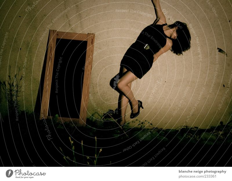 la petite robe noire feminin Junge Frau Jugendliche Erwachsene Beine 1 Mensch 18-30 Jahre Garten Mauer Wand Kleid Schuhe brünett langhaarig Spiegel Bewegung