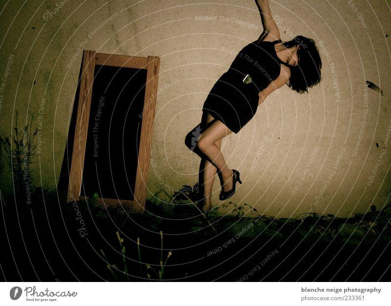 Mensch Frau Jugendliche schön schwarz ruhig Erwachsene feminin Wand Gefühle Bewegung Garten Mauer Beine Schuhe Tanzen