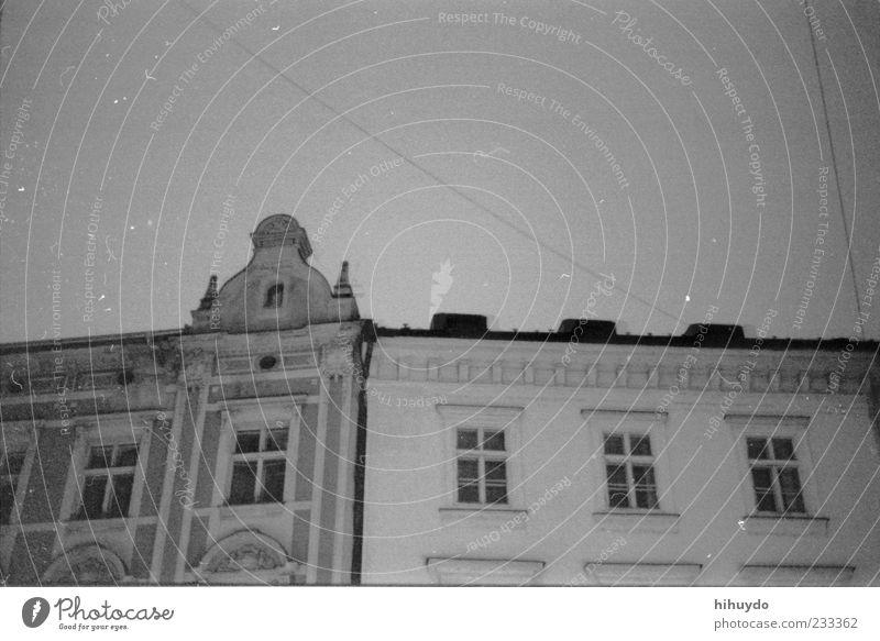 blick nach oben Himmel weiß Stadt schwarz Haus dunkel Architektur Gebäude Zusammensein Fassade Hauptstadt Schwarzweißfoto Originalität Sternenhimmel Altbau Oberleitung