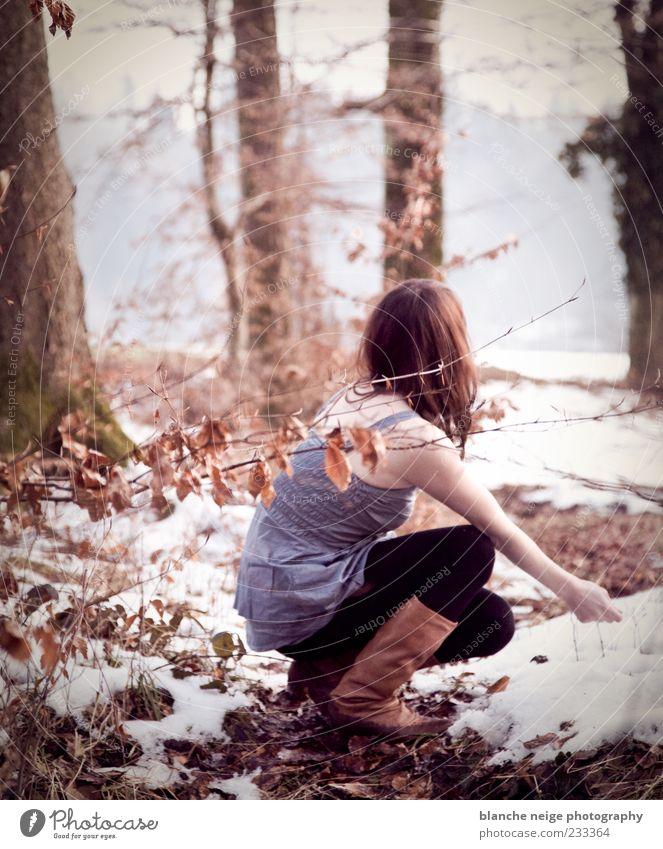 ein warmer wintertag Mensch feminin Junge Frau Jugendliche Erwachsene 1 18-30 Jahre Strumpfhose Stiefel brünett knien kalt schön Gelassenheit Natur Farbfoto