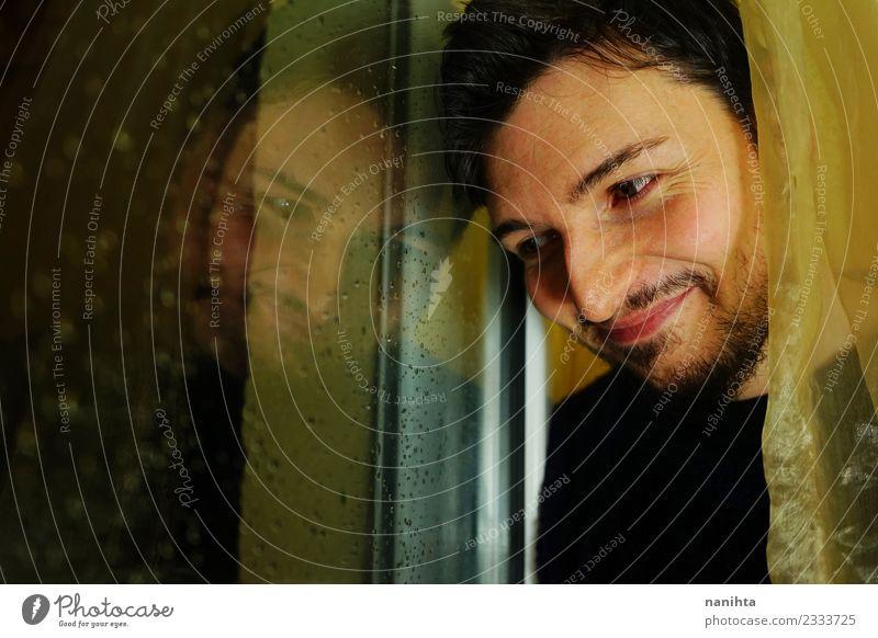 Mensch Jugendliche Mann Freude Fenster Erwachsene Leben gelb Lifestyle lustig Stimmung Häusliches Leben Regen Wetter Lächeln Fröhlichkeit