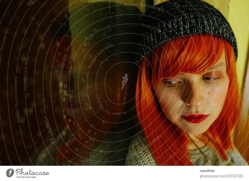 Junge rothaarige Frau in der Nähe eines Fensters an einem regnerischen Tag. Lifestyle Stil Design schön Haare & Frisuren Sinnesorgane ruhig Mensch feminin