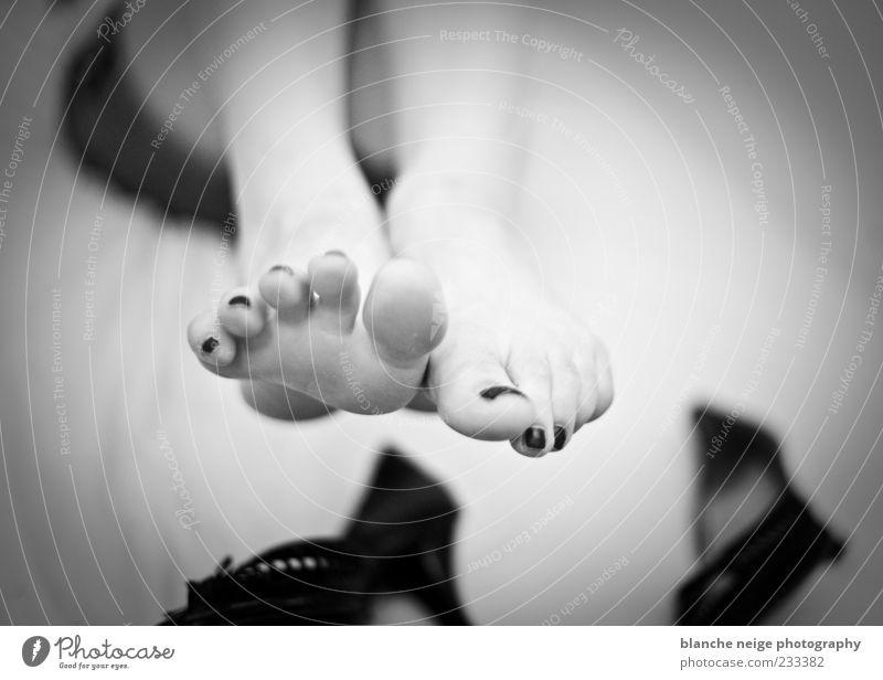 relax Pediküre Nagellack feminin Frau Erwachsene Fuß 1 Mensch Damenschuhe fallen liegen Schwarzweißfoto Kontrast Schwache Tiefenschärfe entkleiden spreizen