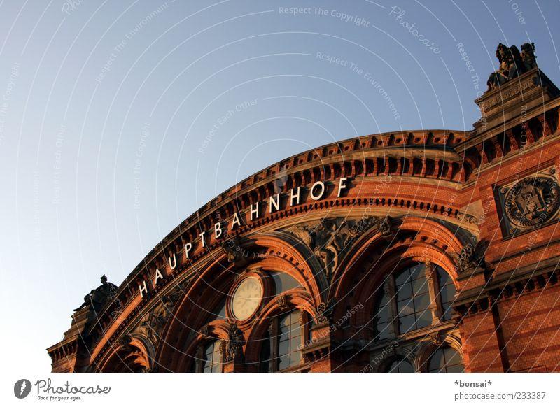 19:49 - zuhause alt blau Ferien & Urlaub & Reisen Fenster Architektur Gebäude braun Fassade Tourismus Ziel Bauwerk historisch Mobilität Bahnhof Fernweh Wort