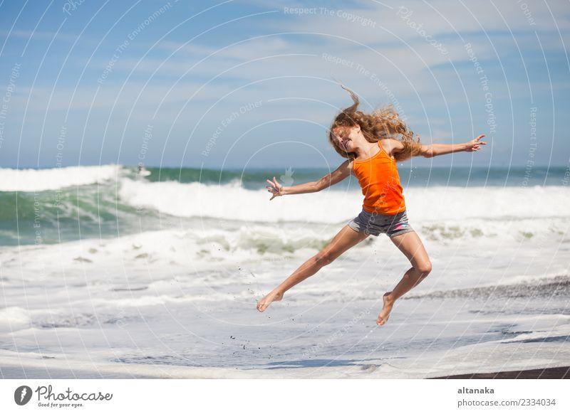 Teenager-Mädchen springen am Strand am blauen Meer Ufer im Sommerurlaub am Tag Zeit Lifestyle Freude Glück schön Freizeit & Hobby Spielen