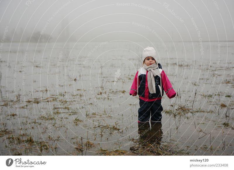 Nasse Füß Abenteuer Kind Mensch Kleinkind Kindheit 1 1-3 Jahre Natur Urelemente Wasser Herbst Klima schlechtes Wetter Nebel Feld Schutzbekleidung Schal