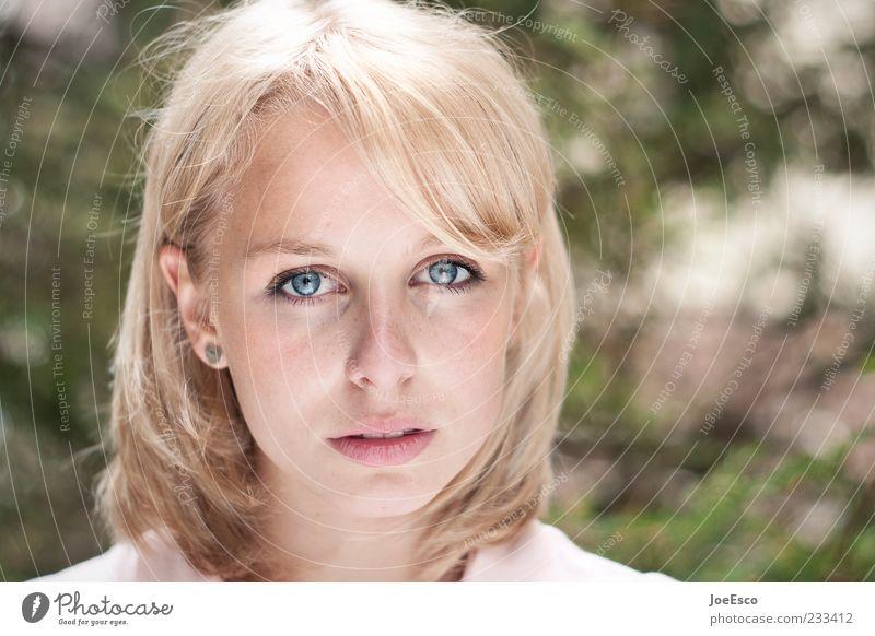 #233412 schön Gesicht Junge Frau Jugendliche Erwachsene blond langhaarig beobachten Blick warten trendy einzigartig natürlich Tugend selbstbewußt Sehnsucht