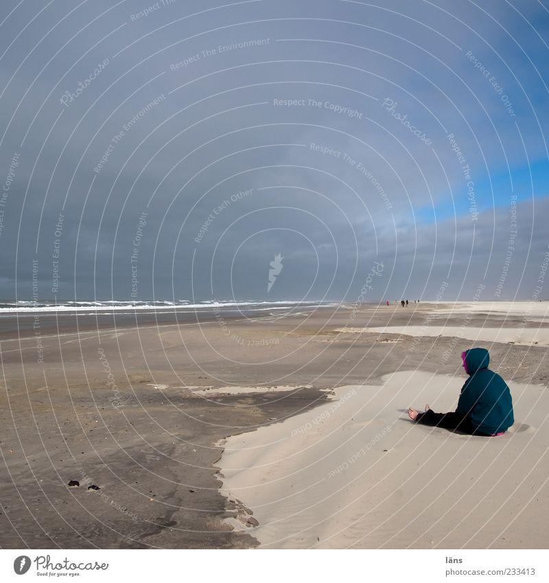 Spiekeroog | ich brauch meehr sand Mensch Natur Strand Wolken Ferne Umwelt Landschaft Sand Horizont sitzen Brandung Kapuze Sandstrand Wolkenhimmel