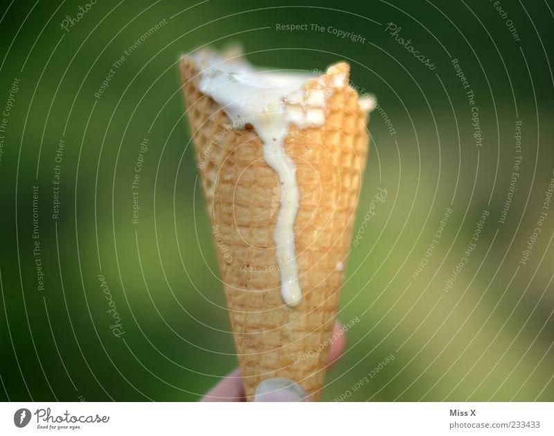 Lauf weg Lebensmittel Speiseeis Ernährung Finger lecker süß tropfend Tropfen Waffel Eiswaffel Farbfoto Außenaufnahme Nahaufnahme Menschenleer Textfreiraum links