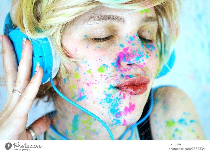Junge Frau, mit gemaltem Gesicht, hört Musik. Lifestyle Stil Design exotisch Freude Schminke Freizeit & Hobby Mensch feminin Jugendliche 1 18-30 Jahre