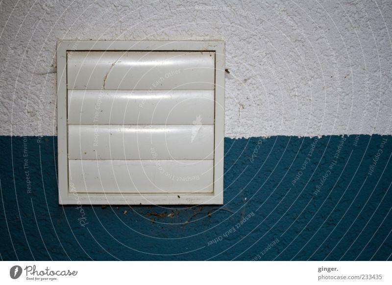 zieh ab ! Haus Mauer Wand weiß Klappe Dunstabzug geschlossen Lamelle Quadrat eckig blau-grün Spinngewebe Teilung Linie Strukturen & Formen graphisch Fassade