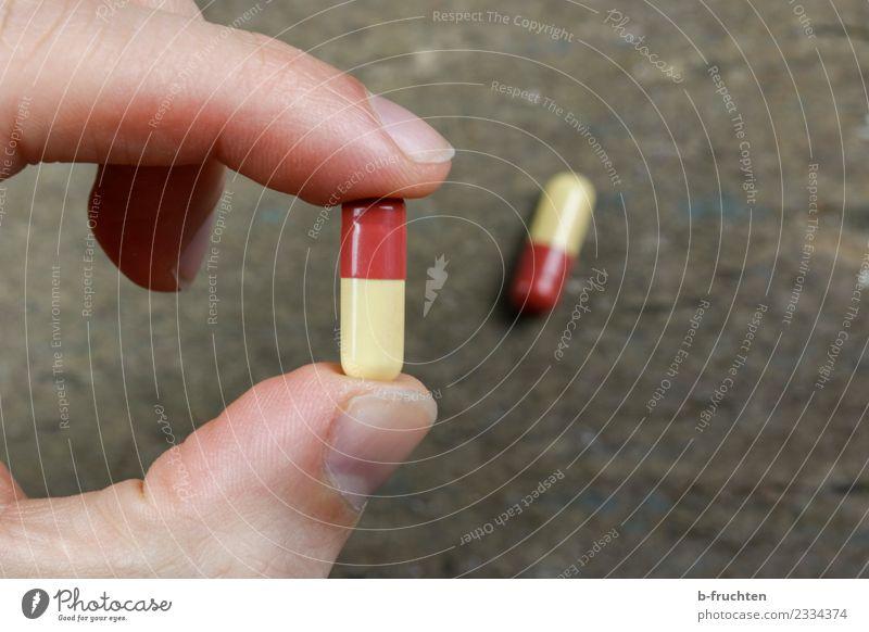 eine Kapsel täglich Gesundheit Finger festhalten Krankheit wählen Medikament Rauschmittel Vitamin Verbote Sucht Tablette Leistung künstlich Pharmazie Behandlung