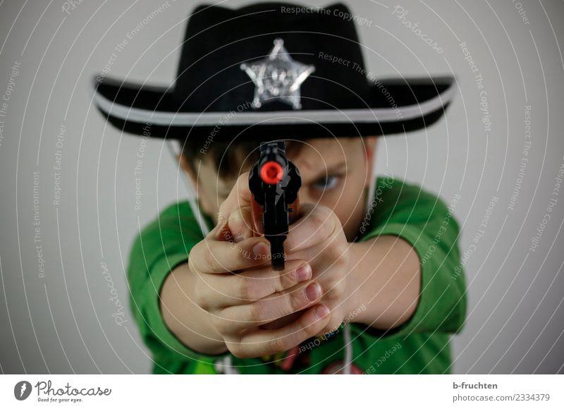 Hands up! Karneval Schulkind Junge 3-8 Jahre Kind Kindheit Hut festhalten dunkel Aggression Gewalt Kostüm Karnevalskostüm Spielzeugwaffen schießen Cowboyhut