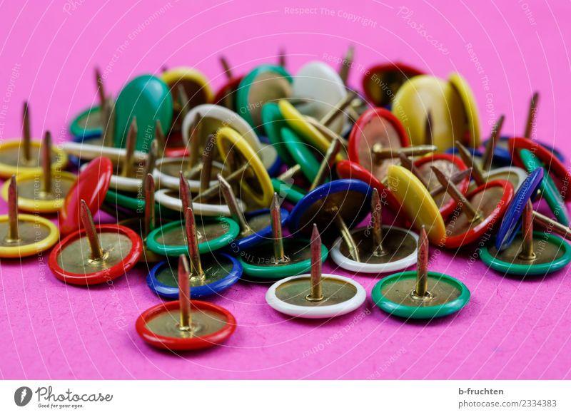 Bunte Reißnägel Büroarbeit Arbeitsplatz liegen viele mehrfarbig Business chaotisch Kreativität Reißzwecken Spitze Nadel Nagel verteilt Farbfoto Studioaufnahme