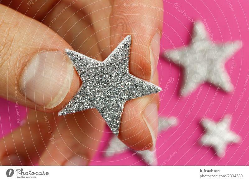 Dekorstern Feste & Feiern Mann Erwachsene Finger Dekoration & Verzierung festhalten Blick träumen glänzend Kitsch silber Romantik Wunsch Stern (Symbol) Zierde