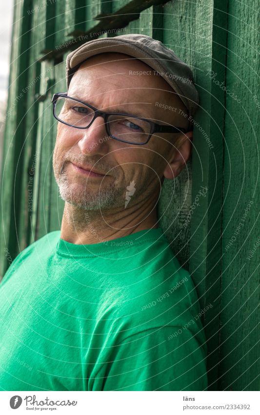 Mann l grün ist die Hoffnung Mensch Haus ruhig Leben Wand Senior natürlich Mauer maskulin 60 und älter einzigartig beobachten Coolness Brille Neugier