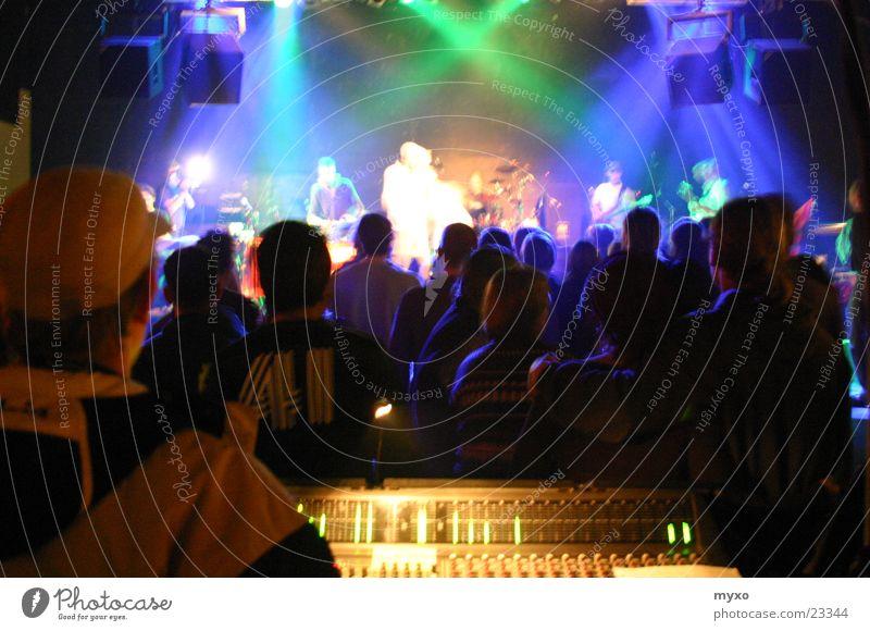Bühnenshow Konzert live Party Musikmischpult Show Menschengruppe Beleuchtung Schnur Partygast