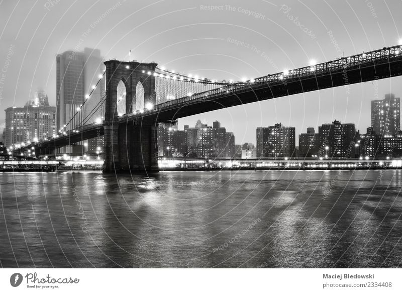 Brooklyn Bridge und das Manhattan in einer nebligen Nacht. Nebel Fluss Kleinstadt Stadt Stadtzentrum Skyline Hochhaus Brücke Gebäude Architektur