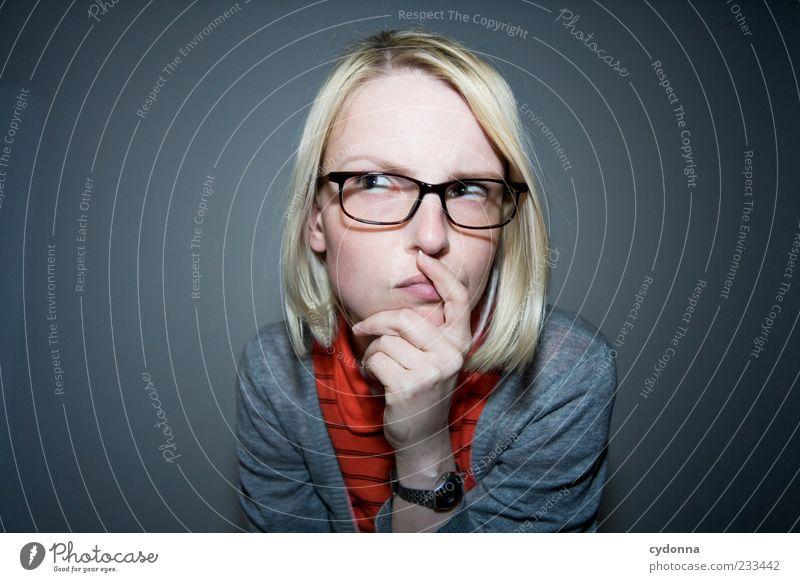 Scharf nachdenken Mensch Jugendliche Gesicht Erwachsene Leben Stil blond planen Lifestyle Brille 18-30 Jahre nachdenklich Junge Frau Konzentration Idee