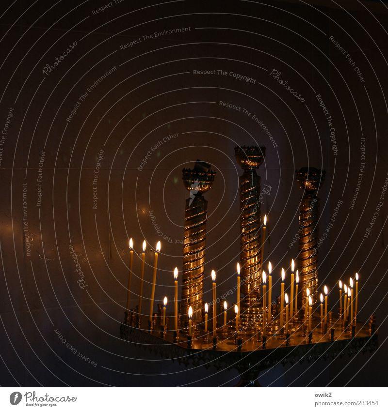 Andacht schön ruhig dunkel Wärme Beleuchtung Religion & Glaube Stimmung Metall leuchten Kirche Kerze viele Frieden Glaube brennen Kerzenschein