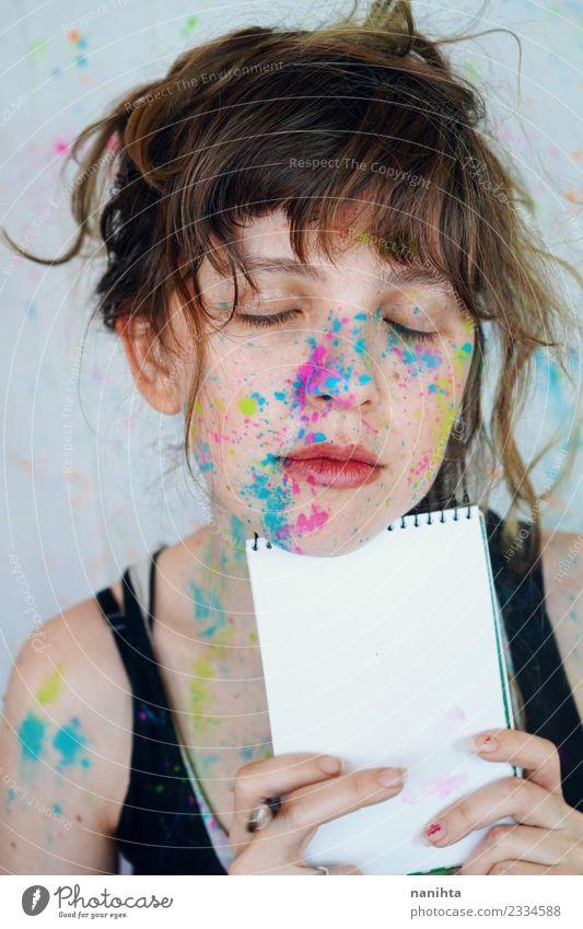 Junge Künstlerin mit Farbe im Gesicht hält ein Notizbuch. Stil Design schön Schminke Schüler Azubi Mensch feminin Junge Frau Jugendliche 1 18-30 Jahre