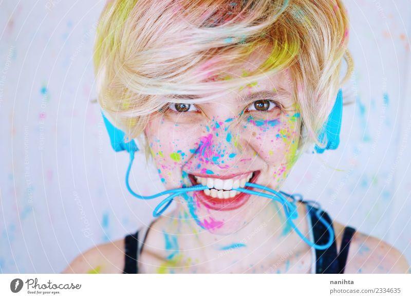 Junge Frau beim Musikhören mit Schmerzen im Gesicht Lifestyle Stil Design exotisch Freude schön Schminke Freizeit & Hobby Party Mensch feminin Jugendliche 1