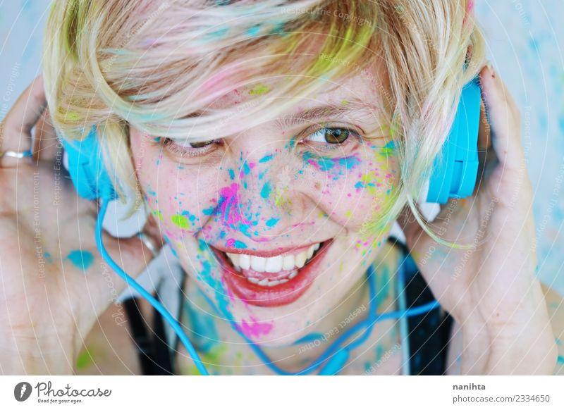 Junge Frau mit Farbe im Gesicht hört Musik. Lifestyle Stil Design Freude schön Schminke Wellness Leben Freizeit & Hobby Mensch feminin Jugendliche 1 18-30 Jahre