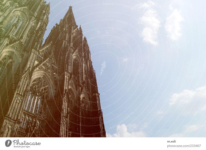 Hello Kölle Gotik Köln Kirche Dom Religion & Glaube Kölner Dom Farbfoto Außenaufnahme Detailaufnahme Menschenleer Schönes Wetter Froschperspektive Himmel Wolken