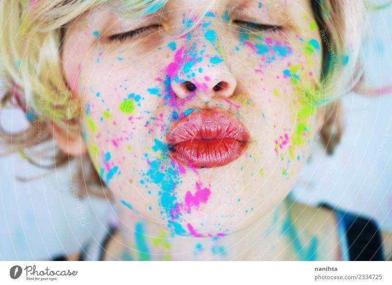 Kuss einer jungen Frau mit bunter Farbe im Gesicht Stil Design exotisch schön Schminke Mensch feminin Junge Frau Jugendliche 1 18-30 Jahre Erwachsene Kunst