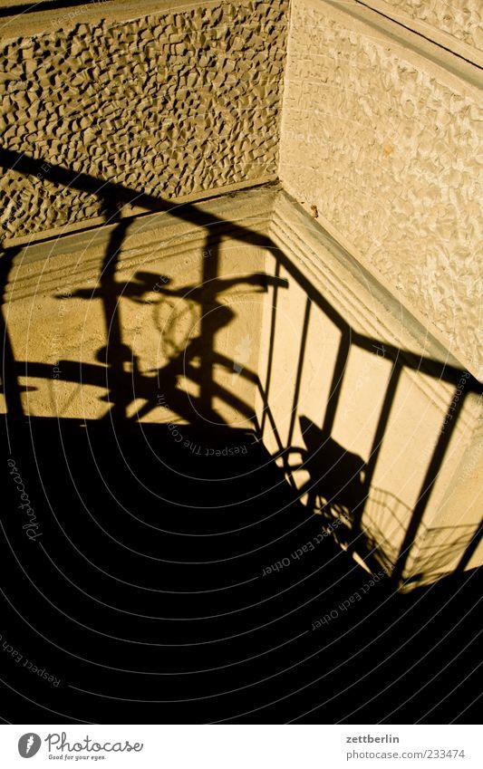 Fahrrad Sommer stehen warten Schatten Geländer Farbfoto Gedeckte Farben Außenaufnahme Detailaufnahme Menschenleer Textfreiraum oben Textfreiraum unten Morgen