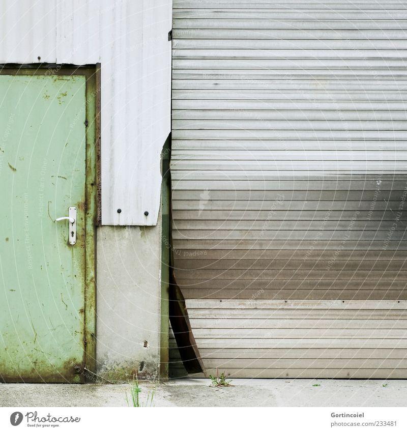 Ziegelfabrik Industrieanlage Fabrik Bauwerk Gebäude Mauer Wand Tür alt kaputt trist schäbig verrotten Rolltor Wellblechwand geschlossen Farbfoto Außenaufnahme