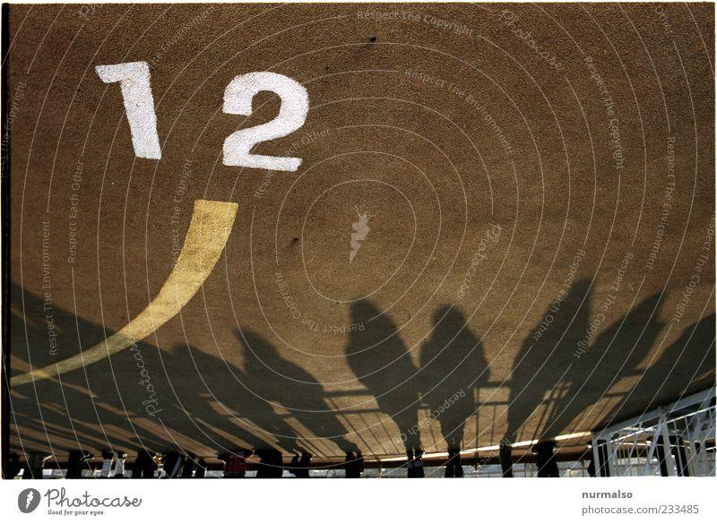 12. stimmts ? Mensch Natur Ferien & Urlaub & Reisen Ferne dunkel Menschengruppe Beine Stimmung Linie Wasserfahrzeug Zusammensein warten Schilder & Markierungen