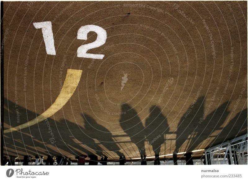 12. stimmts ? Mensch Natur Ferien & Urlaub & Reisen Ferne dunkel Menschengruppe Beine Stimmung Linie Wasserfahrzeug Zusammensein warten Schilder & Markierungen Tourismus Lifestyle stehen