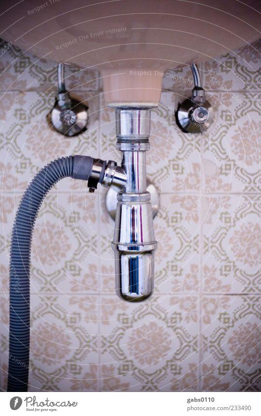 mein bad Bad Abflussrohr Fliesen u. Kacheln alt Altbau Schlauch Wasser Waschbecken Sauberkeit kalt Warmwasser Muster Metall Armatur Rohrleitung braun beige grün
