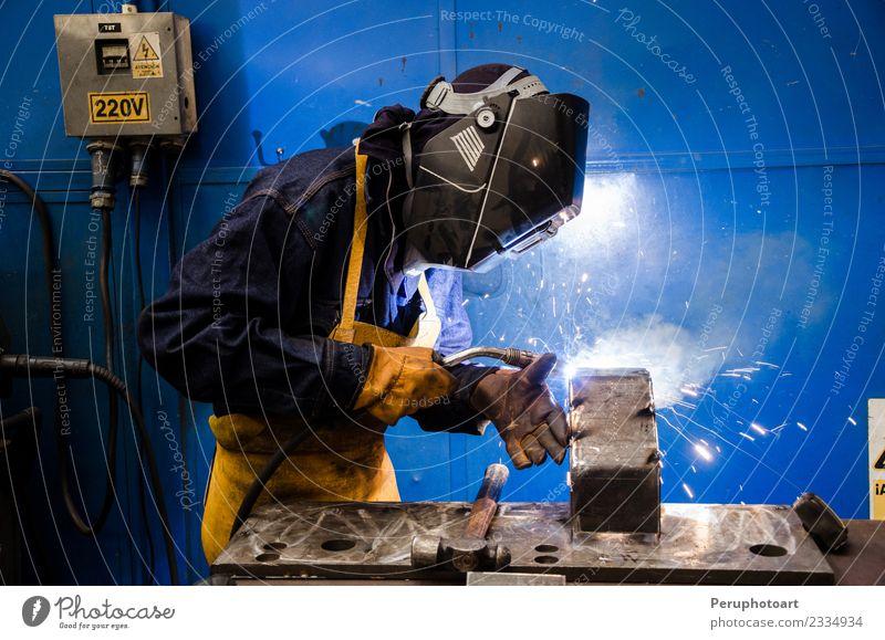 Schweißer Arbeit & Erwerbstätigkeit Beruf Arbeitsplatz Fabrik Industrie Werkzeug Mann Erwachsene Metall Stahl bauen Sicherheit Schutz Konstruktion