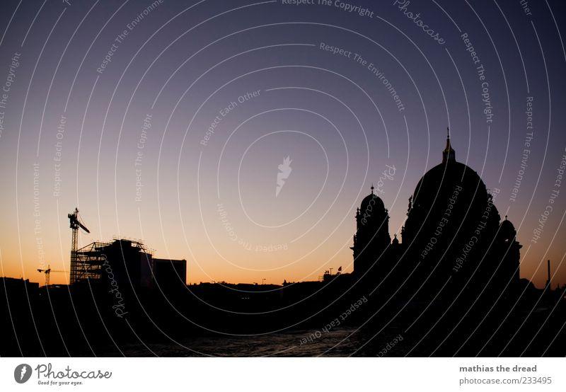 SEHENSWÜRDIGKEIT vs. BAUSTELLE Wasser Stadt Ferne Berlin Architektur Religion & Glaube Küste Gebäude Horizont Baustelle Turm Bauwerk Zeichen Skyline historisch