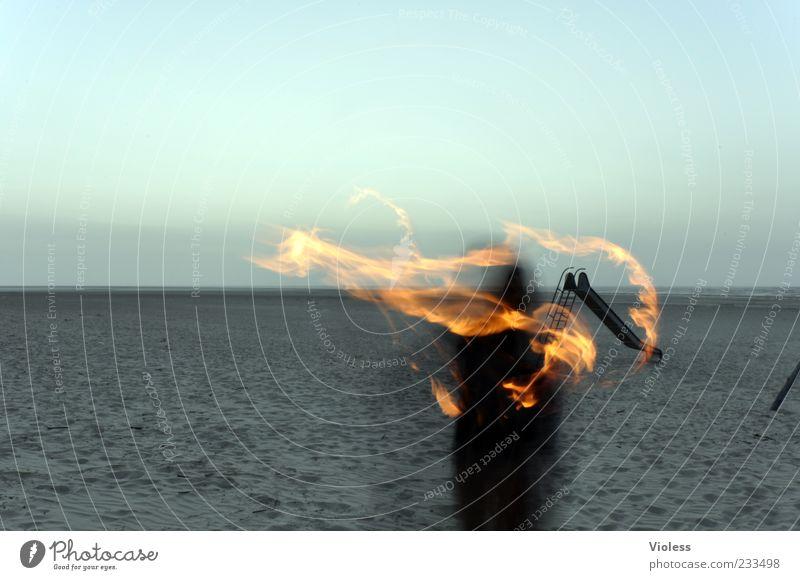 Spiekeroog | kleiner Feuerteufel Urelemente Sand heiß brennen Farbfoto Außenaufnahme Experiment Dämmerung Langzeitbelichtung Unschärfe Bewegungsunschärfe Fackel