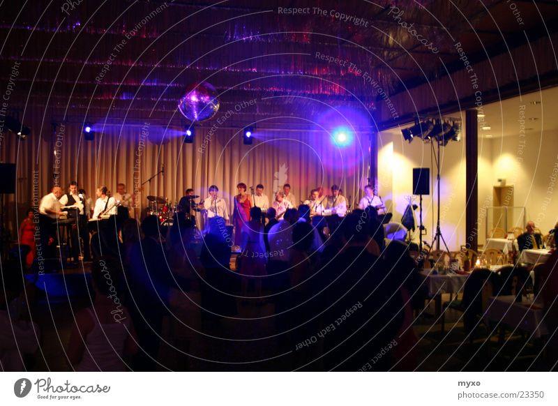 Big Band Licht Bühne Club Party Musik Tanzen Musiker Partygast