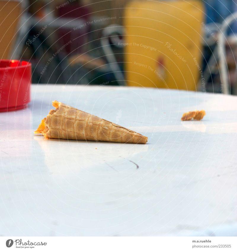 kauf dich glücklich* Sommer rot Ernährung Freizeit & Hobby Speiseeis Lifestyle genießen Café Rest lutschen Tischplatte Krümel Aschenbecher Dekadenz Waffel