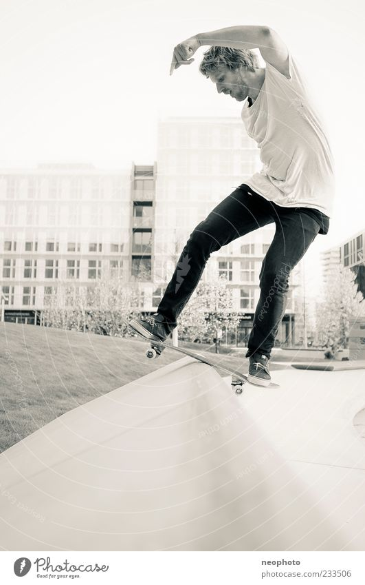 fs Boardslide Bewegung Gebäude Fassade gefährlich verrückt Aktion Coolness Skateboarding Inline Skating Funsport Sport Profil Schwarzweißfoto Hafencity