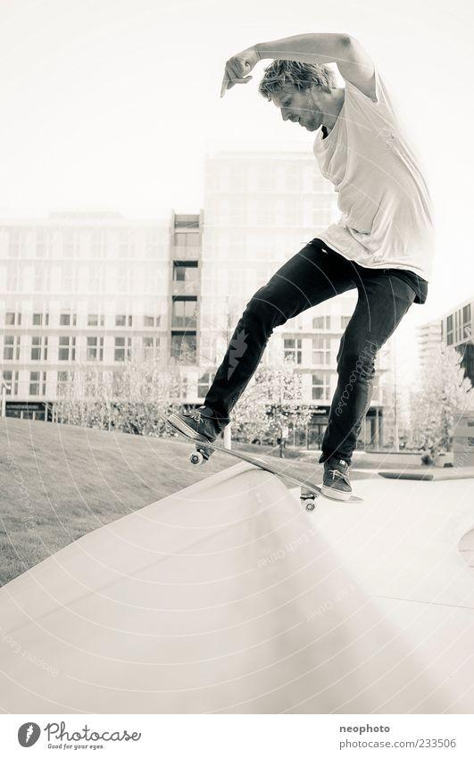 fs Boardslide Skateboard Skateboarding verrückt Hafencity gefährlich Funsport Schwarzweißfoto Außenaufnahme Textfreiraum unten Tag Abend Profil Blick nach unten