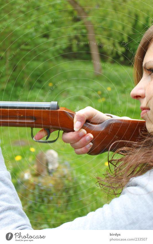 Attraktive junge Frau mit Gewehr im Anschlag visiert ihr Ziel an und hat den Finger am Abzug Jagd Junge Frau Jugendliche Gesicht 1 Mensch Natur ästhetisch schön