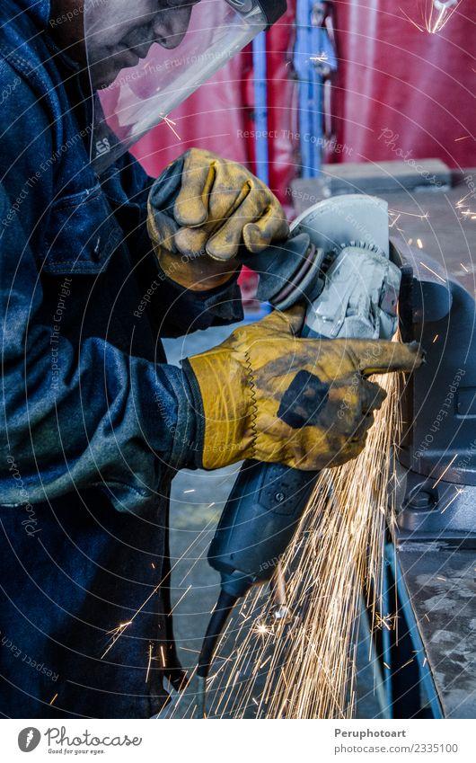 Mann schneidet Eisen Arbeit & Erwerbstätigkeit Fabrik Industrie Business Werkzeug Technik & Technologie Mensch Erwachsene Hand Gebäude Metall Stahl Schutz