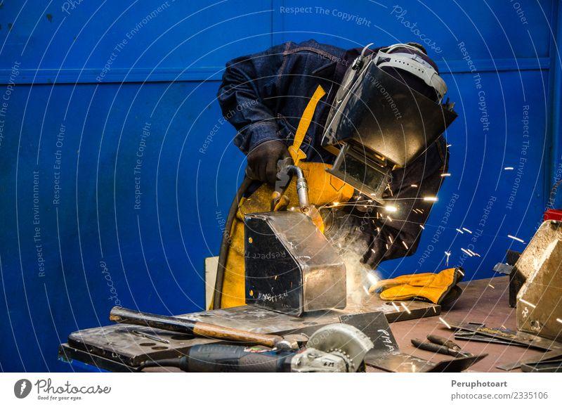 Mann schneidet Eisen Arbeit & Erwerbstätigkeit Fabrik Industrie Business Werkzeug Technik & Technologie Mensch Erwachsene Hand Metall Stahl Schutz Bauherr