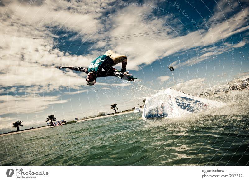 Tantrum Mensch Himmel Jugendliche Wasser Freude Wolken Sport Bewegung springen fliegen maskulin Aktion Junger Mann Wasseroberfläche Sportler Wassersport