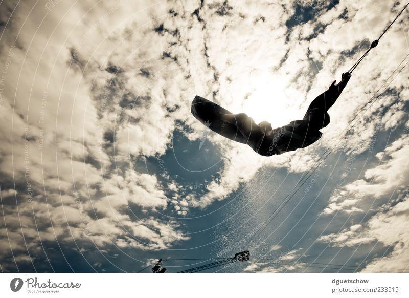 S-Bend Sport Wassersport Sportler Himmel Wolken fliegen Freude Farbfoto Außenaufnahme Tag Licht Sonnenlicht Gegenlicht Starke Tiefenschärfe Froschperspektive