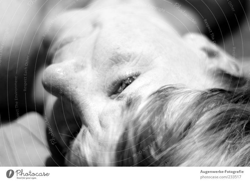 Der Sonne entgegen Mensch feminin Frau Erwachsene Kopf Auge 1 30-45 Jahre Erholung genießen Zufriedenheit Schwarzweißfoto Außenaufnahme Textfreiraum rechts Tag